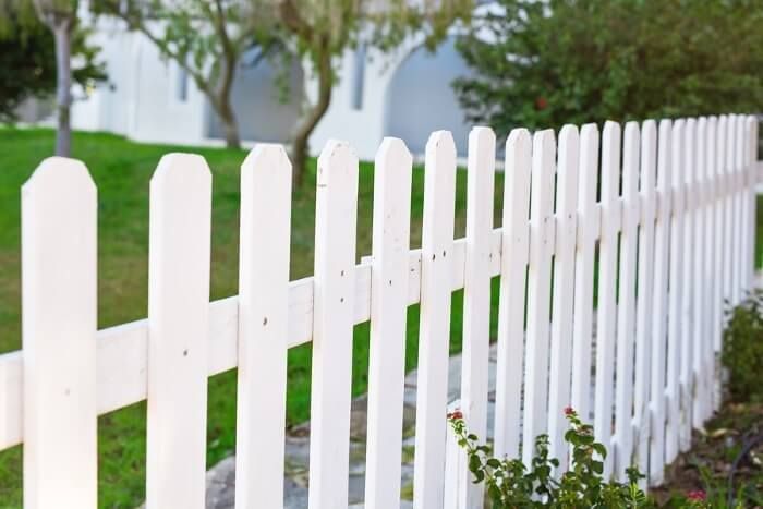 Photo showing a beautiful vinyl fence in Nashua